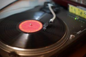 【おすすめ】レコードの中古相場や高く売るコツを紹介(買取価格リスト付)