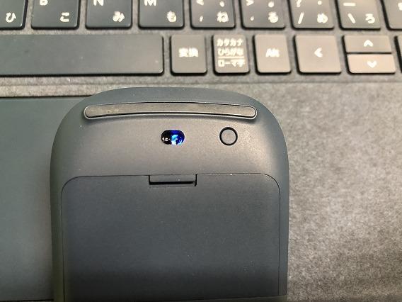SurfaceマウスのBluetoothボタンを3秒間押し続ける